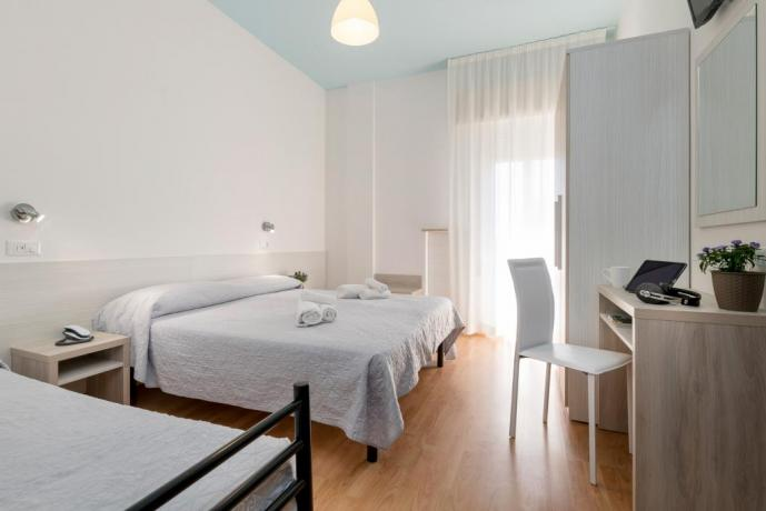 Camera comfort con balcone hote3stelle lungomare Rimini