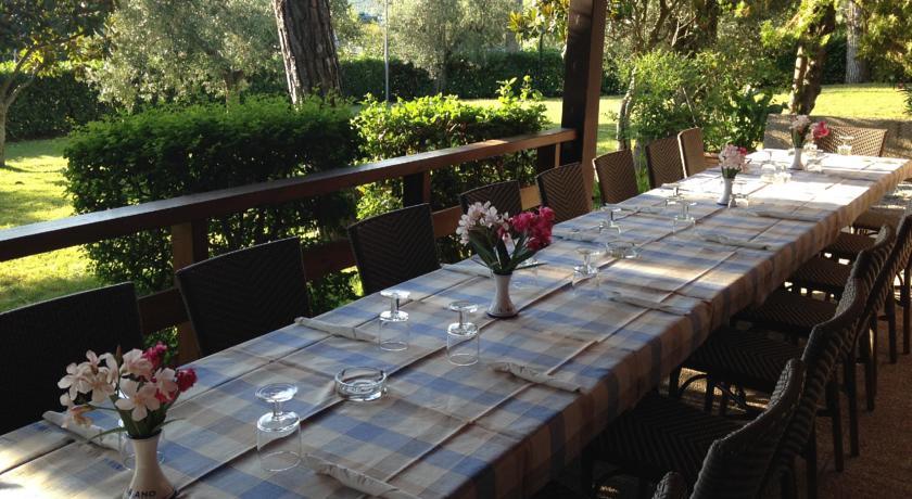 Tavolo della pizzeria con vista giardino
