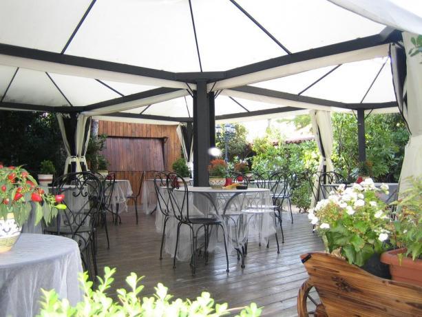 Gazebo dell'hotel a Rivignano ideale per relax