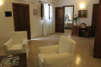 Area relax e caminetto Suite delle Tamerici
