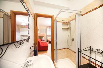 bagno privato con doccia appartamento in Roma centro