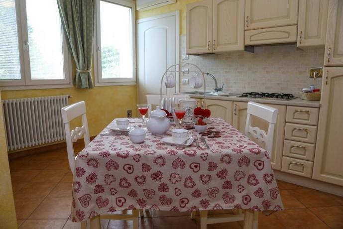 monolocale con angolo cucina e soggiorno