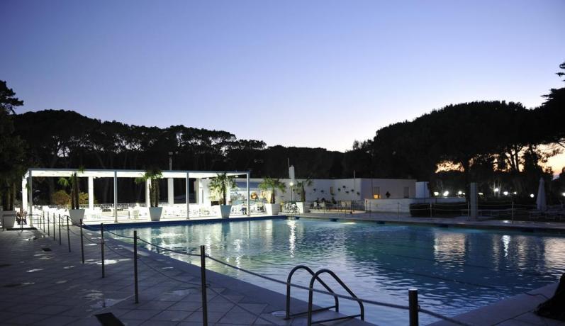 Resort Baia Domizia con piscina e animazione