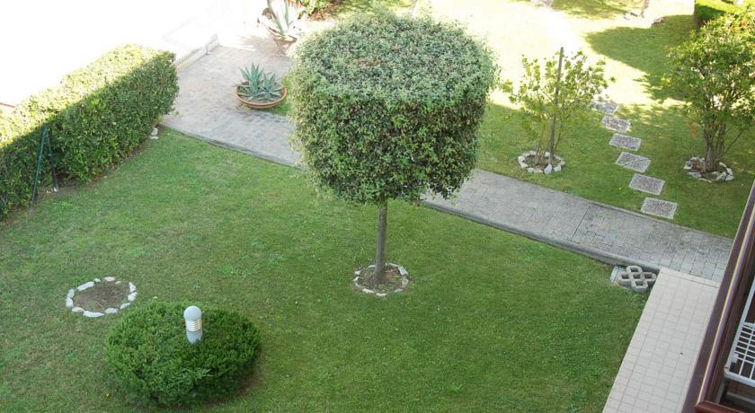 Piccolo giardino in Residence Tirrenia