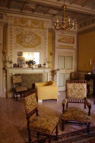 Mobili d'epoca in residenza medievale a Trevi