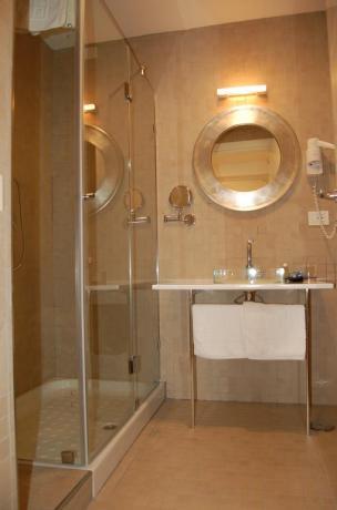 Elegante bagno camera in Hotel a Fondi