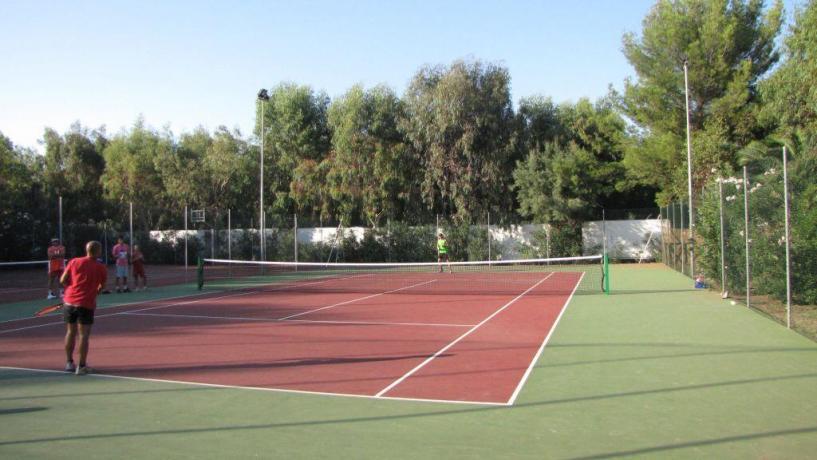 Villaggio con campo tennis