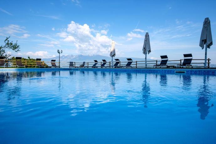 Piscina attrezzata Hotel davanti al Lago di Garda