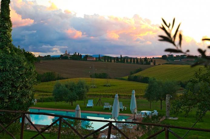Vista panoramica piscina e paesaggio umbro
