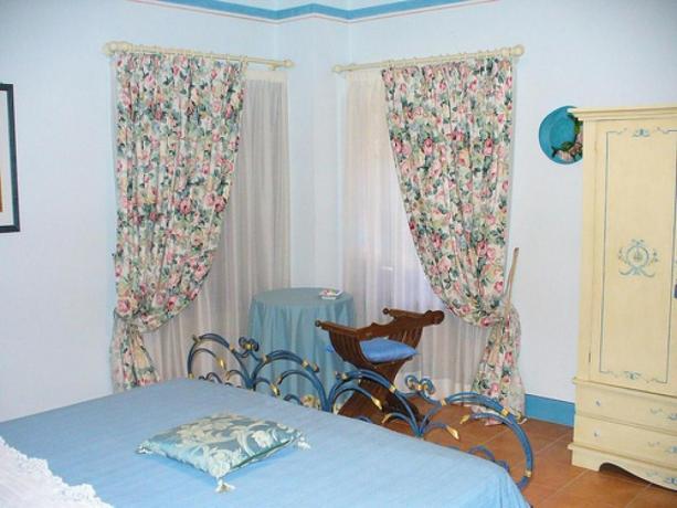 Camera Matrimoniale con Tavolino e Sedia