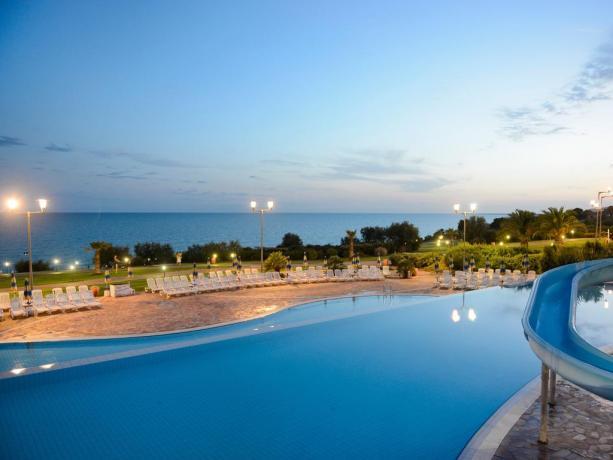 Piscina con acquascivolo e idromassaggio in Sicilia