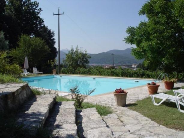Piscina con lettini agriturismo a Umbertide vicino Perugia