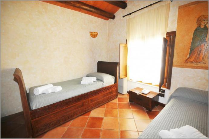 """Hotel Alcamo, """"STANZA DEGLI SVEVI"""" tripla letto singolo"""