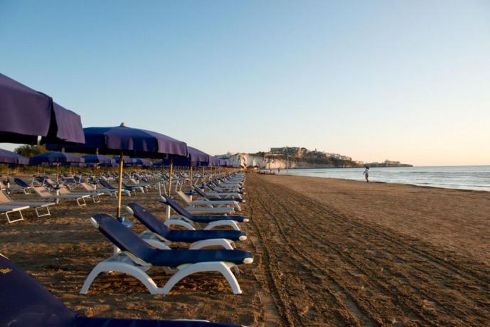 Spiaggia di sabbia e ombrelloni in Puglia