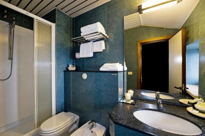 Bagno privato con asciugamani e doccia hotel3stelle Assisi