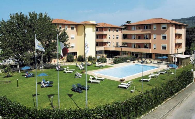 residence con appartamenti e ristorante tipico sul Lago