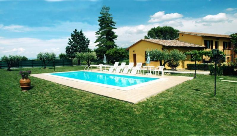Il Casale a Deruta, vicino Perugia, casale per vacanza in posizione panoramica, ampia piscina attrezzata. Appartamenti e camere con bagno privato.