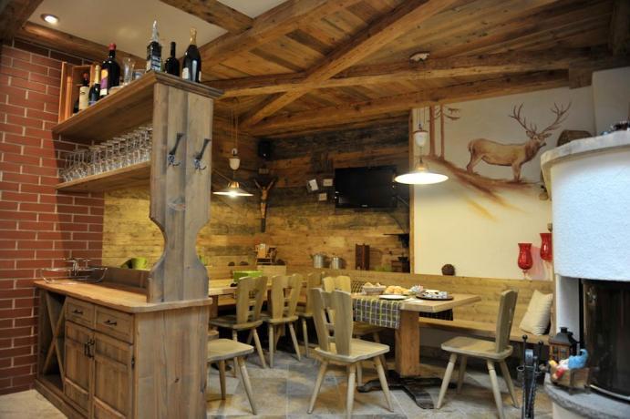 Residence con ristorante rustico e camino in Trentino