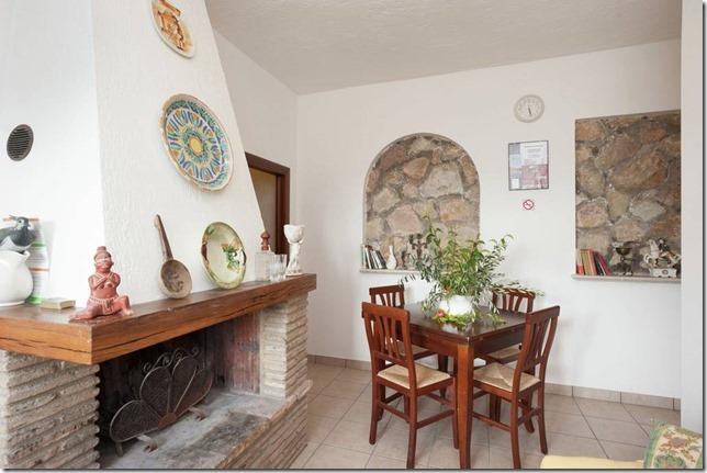 Residenza-Podere-Magione appartamento bilocale camino-tavolo-soggiorno