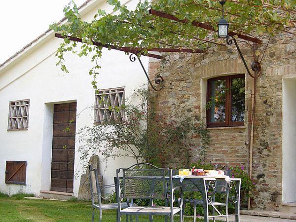Appartamenti indipendenti con giardino e tavolino a Umbertide