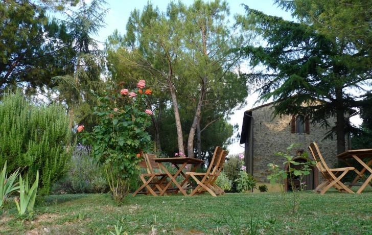 Zona relax in giardino tra gli aromi