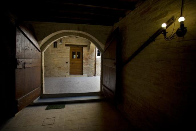Entrata con portone in legno antico