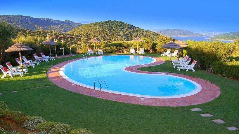 Piscina con solarium e vista Lago in Sardegna