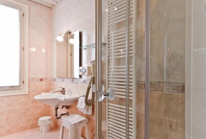 Bagno camera in marmo con box doccia