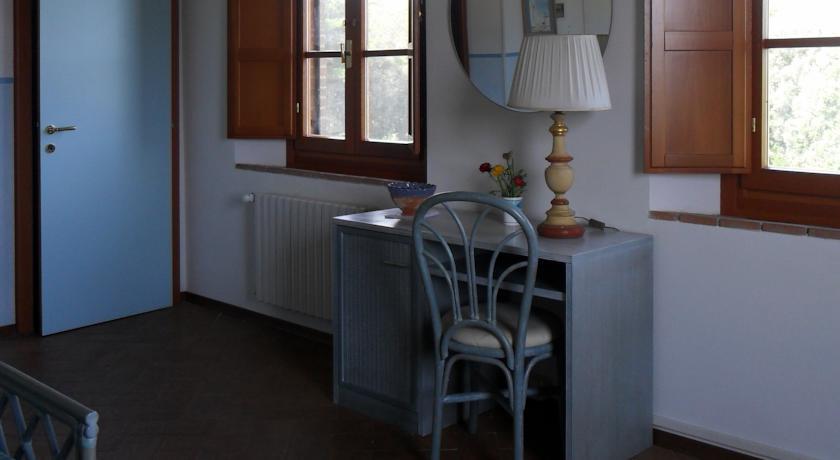 Camera matrimoniale con scrivania e armadio