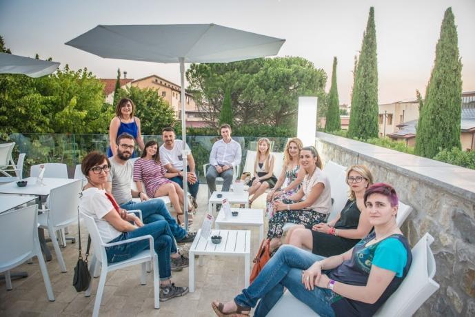 Ospiti sulla terrazza all'aperto