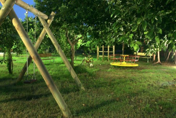 Parco giochi attrezzato in agriturismo ideale per famiglie