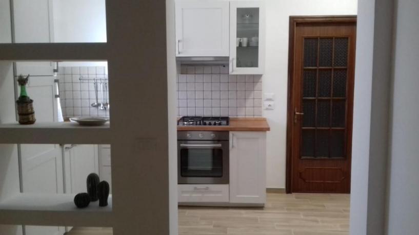 Cucina con passa vivande in villa sul Gargano