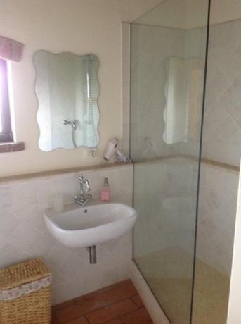 Bagno camera con box doccia e phon