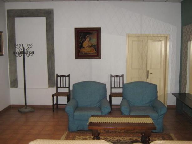 Sala comune con pavimento in cotto
