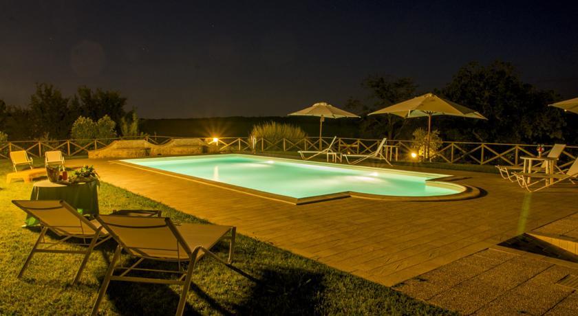 Piscina notturna con giardino attrezzato