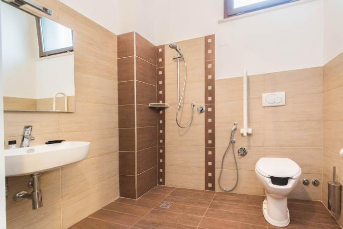 Bagno privato in camera in stile moderno