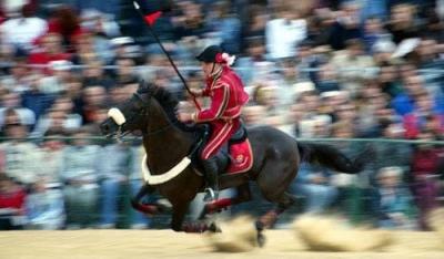 Cavaliere a cavallo nella gara Corsa all'Anello
