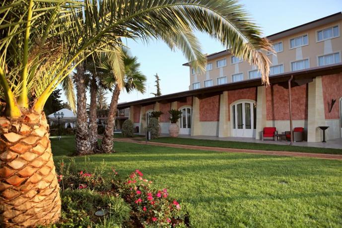 Resort con ampio giardino curato in Puglia