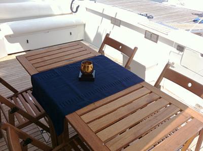 Tavolo esterno della barca a Genova