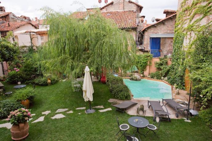 Panoramica giardino e piscina B&B Piazza Maggiore