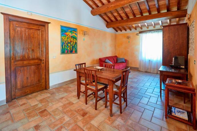 Casale con appartamenti soggiorno e cucina abitabile Unciano