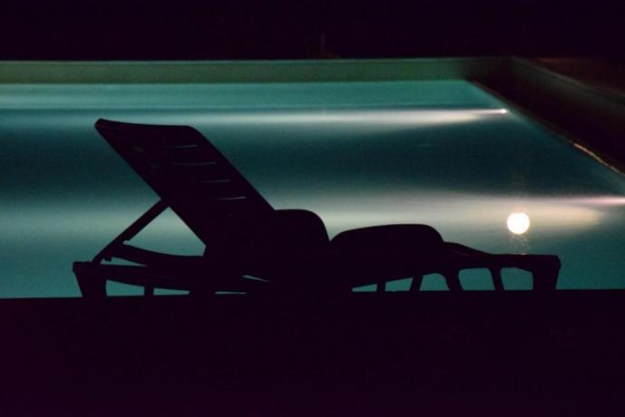 bagno di notte con piscina illuminata