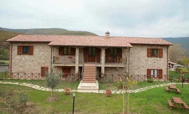 Casale con appartamenti per 15 persone Umbria