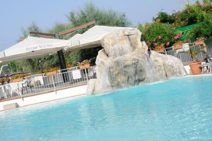 Ristorante bar a bordo piscina