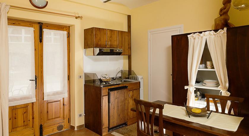 Area pranzo e cucina in legno