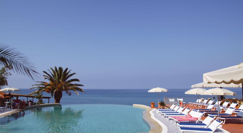 spiaggia-privata-piscina-e-animazione-villaggio-residence-caprioli-pisciotta-palinuro
