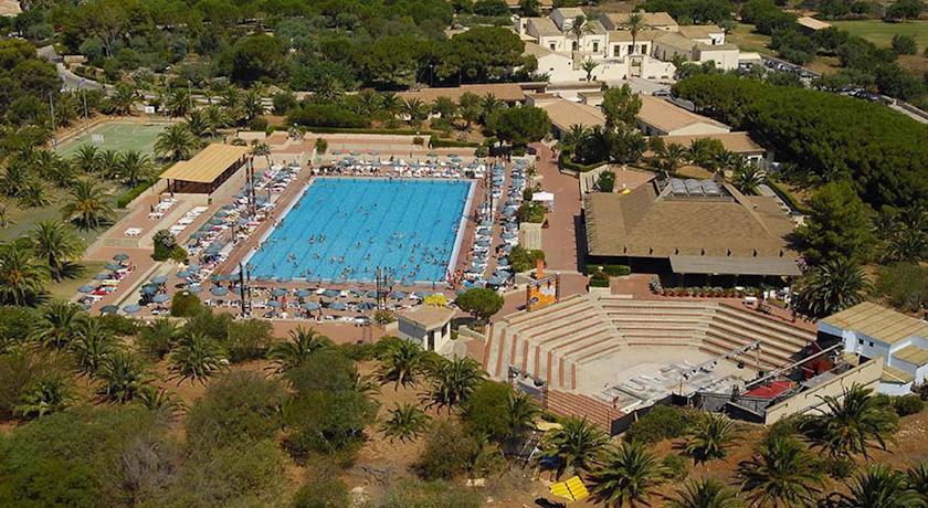 Area giochi e piscina