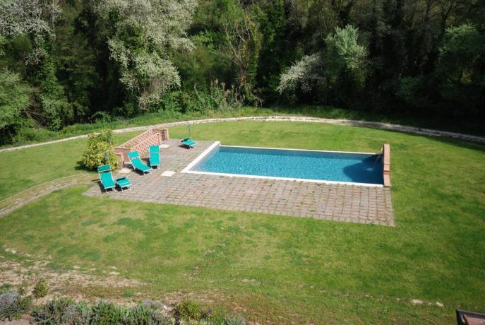 Piscina con ampio giardino, Residence a Terni