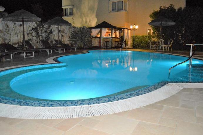 Piscina notturna per ospiti nel Resort a Castellana