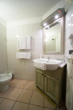 Appartamento-vacanza 3 persone Bardonecchia bagno con doccia